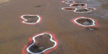 На Франківщині активісти розмалювали ями на дорогах. ФОТО