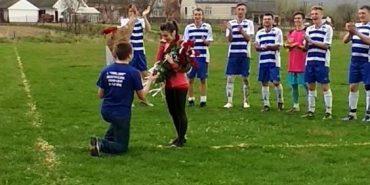 На Прикарпатті хлопець з допомогою футбольної команди освідчився коханій