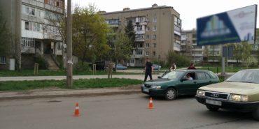 На Прикарпатті авто на переході збило жінку з дитиною. ФОТО