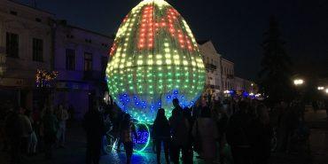 У середмісті Коломиї засвітили неймовірну кількаметрову 3D писанку. ФОТО