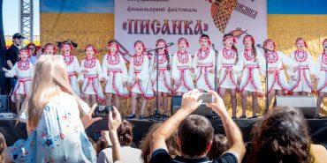 """Фоторепортаж з колоритного фестивалю """"Писанка"""" у Коломиї"""