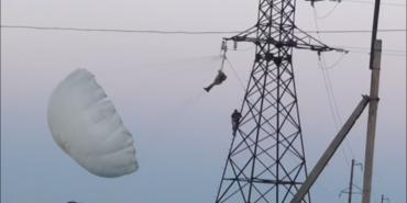 На об'їзній у Коломиї парашутист зачепився за високовольтну лінію: відомі деталі. ФОТО