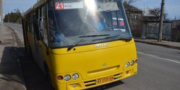 На Прикарпатті водій маршрутки затиснув ногу хлопцеві і нахамив жінці, яка просила квиток. ФОТО