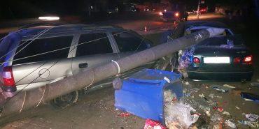 Зіткнення трьох автівок та збита електроопора: деталі нічної аварії у Коломиї