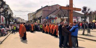 Школярі та молодь Коломиї пройшли Хресну дорогу вулицями міста. ВІДЕО