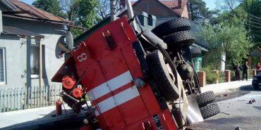 Стала відома причина перекидання пожежного автомобіля на Прикарпатті. ФОТО