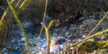 Активісти виявили на Франківщині стихійне сміттєзвалище, яке може спричинити екологічну катастрофу. ФОТО