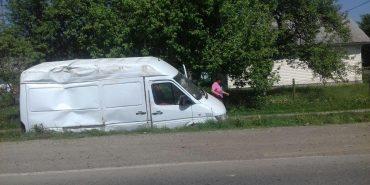 На Прикарпатті зіткнулися легкова автівка та вантажний бус. ФОТО