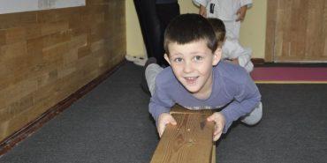 Прикарпатський Брюс Лі. 7-річний хлопчик протягнув автівку вагою 1,5 тонни. ВІДЕО