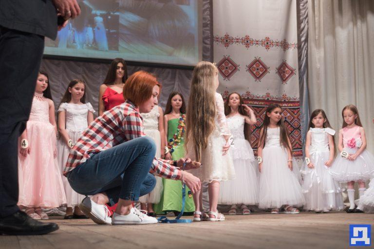 У Коломиї визначали дівчат з найдовшими косами. ФОТОРЕПОРТАЖ