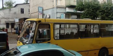 На Театральній посеред дороги зламався автобус. ФОТОФАКТ