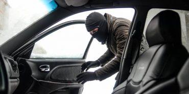 """На Прикарпатті 21-річний молодик """"викинув"""" водія з автомобіля, який хотів вкрасти"""