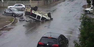 """Потрійна ДТП у Коломиї: один з водіїв проїхав перехрестя на """"червоне"""". ВІДЕО зіткнення"""