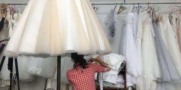 """""""Весільна столиця"""": у селі на Буковині майже кожна родина шиє сукні, у яких одружуються по всьому світу. Відео успіху"""