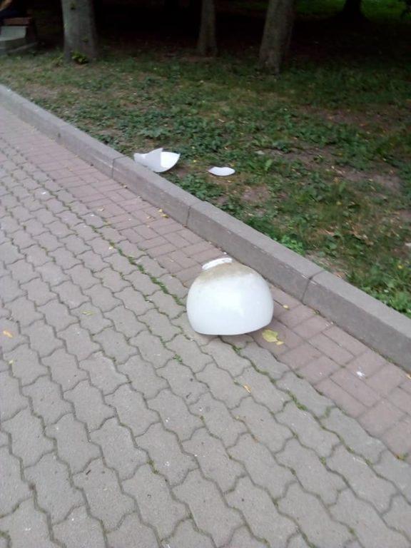 На Прикарпатті плафон від ліхтаря впав чоловіку на голову. ФОТО