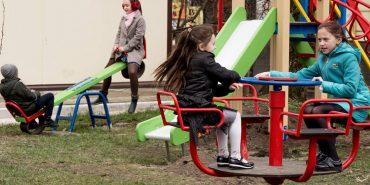 """БФ """"Покуття"""" встановив у Коломиї ще один дитячий майданчик. ФОТО"""