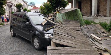 У Коломиї огорожа впала на припаркований автомобіль. ВІДЕО