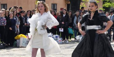Студенти педколеджу одягнули вбрання з відходів заради чистого довкілля