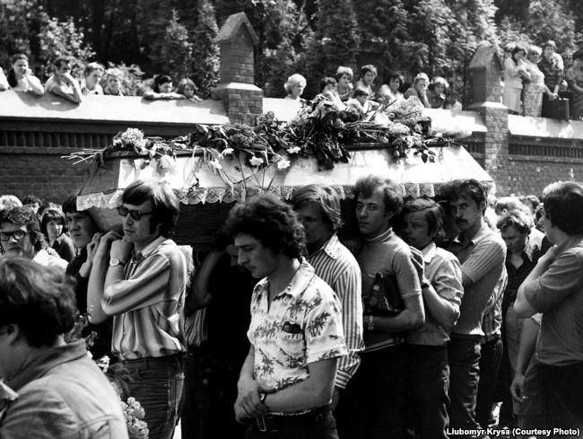 Похорон Івасюка перетворився у масову акцію непокори комуністичному режиму. ФОТО