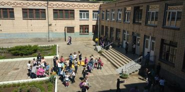 37 дітей потрапили до лікарні після розпилення у школі невідомого газу