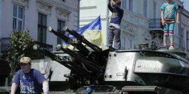 Коломияни розглядають та фотографуються біля військової техніки у середмісті. ФОТОФАКТ
