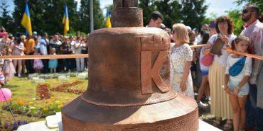 Прикарпатські кондитери спекли торт-рекордсмен у вигляді дзвона. ФОТО