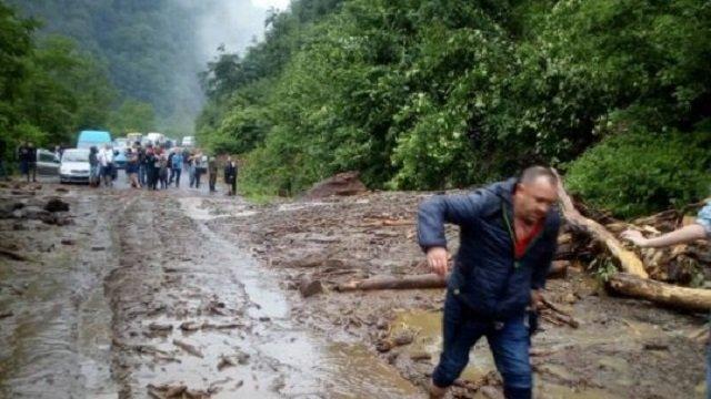 """На Закарпатті масштабний зсув ґрунту заблокував трасу """"Мукачево - Рогатин"""""""