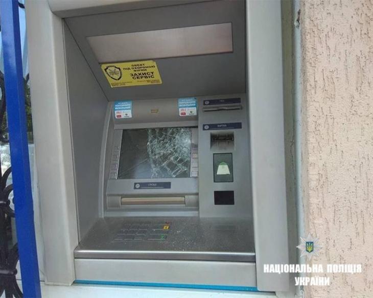 На Франківщині чоловік, якому відмовили у кредиті, розбив сокирою банкомат. ФОТО