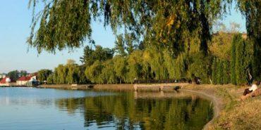 У міському озері на Прикарпатті знайшли тіло чоловіка