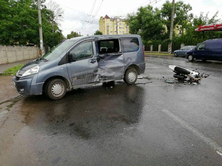 ДТП на Франківщині: мотоцикліст врізався в автомобіль. ФОТО