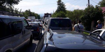 На Прикарпатті люди заблокували дорогу: на трасі до Буковелю утворився багатокілометровий затор