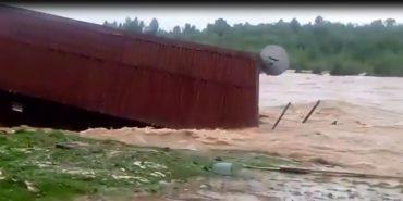На Прикарпатті повінь знесла з берега колибу. ФОТО
