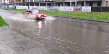На Прикарпатті тролейбуси проїжджають затоплені зупинки