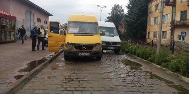 На Прикарпатті зіткнулись дві маршрутки на виїзді із автовокзалу