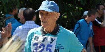 """На Франківщині 79-річний викладач пробіг разом із студентами """"Зелену милю"""". ФОТО"""