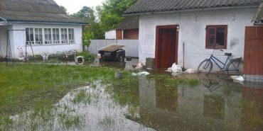 На Городенківщині рятувальники відкачують воду з підтоплених будівель. ФОТО