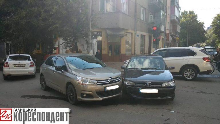 Ранкова ДТП на Прикарпатті: на перехресті не розминулися дві автівки. ФОТО