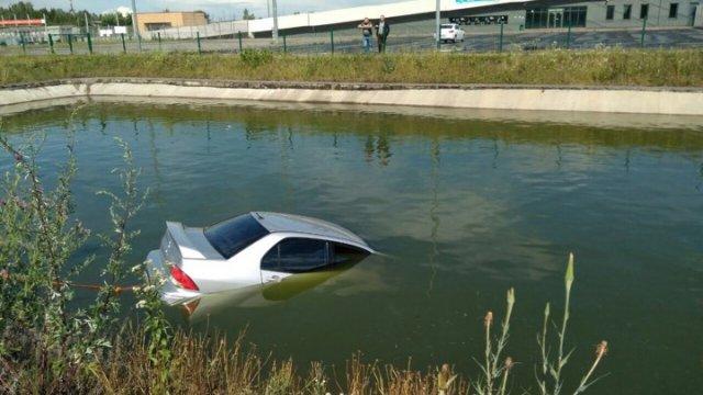 Львів'янин втопив Mitsubishi Lancer у ставку. ФОТОФАКТ