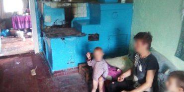 На Франківщині у горе-матері відібрали двох малих дітей. ФОТО