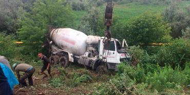 Біля Чернівців перекинувся бетоновоз, водій загинув на місці. ФОТО