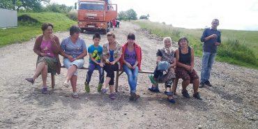 На Городенківщині люди блокують дорогу, вимагаючи її ремонту. ФОТО