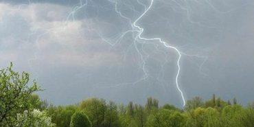 Гроза, град, сильний дощ: на Франківщині оголосили штормове попередження