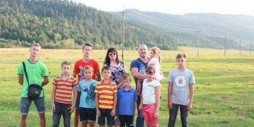 На Прикарпатті сім'я з трьома дітьми всиновила ще 6 синів. Історія родини