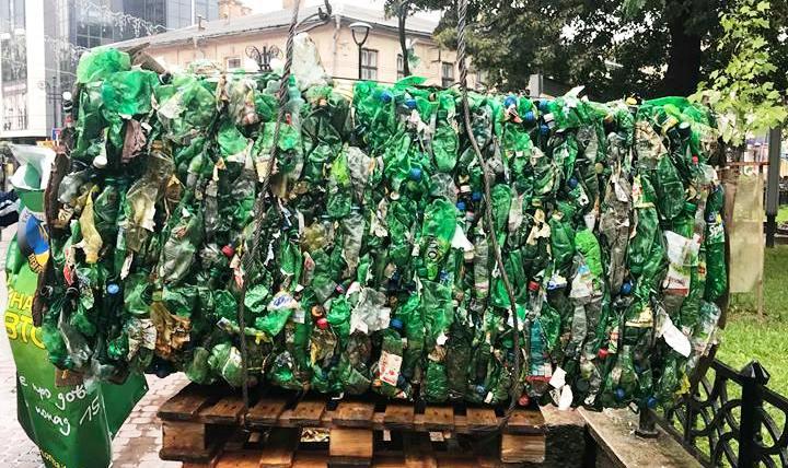 На Франківщині встановили 300-кілограмовий куб з пластику. ФОТОФАКТ