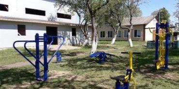 У Печеніжинській ОТГ встановили силові тренажери біля шкіл. ФОТО