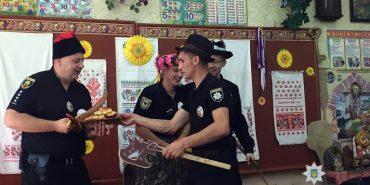 Прикарпатські правоохоронці співали коломийки школярам на Донеччині