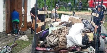 На Снятинщині поліція допомагає людям вивозити речі з підтоплених будівель. ФОТО