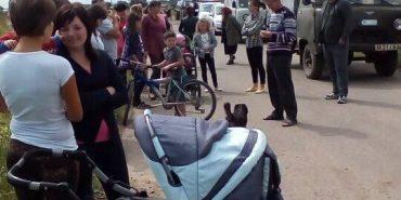 На Коломийщині люди вийшли на протест через окроплення полів хімікатами. ФОТО+ВІДЕО