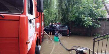 Рятувальники продовжують ліквідовувати наслідки негоди на Прикарпатті