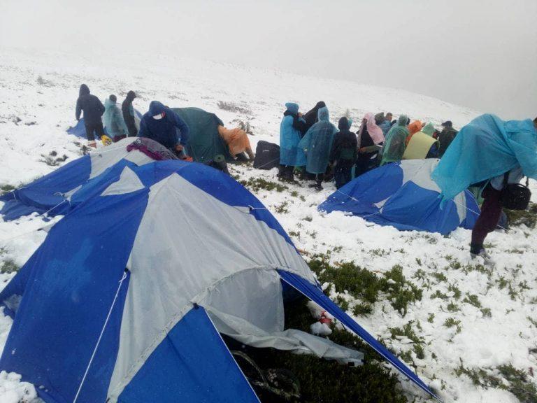 У Карпатах через сніг евакуювали дитячий табір. ФОТО